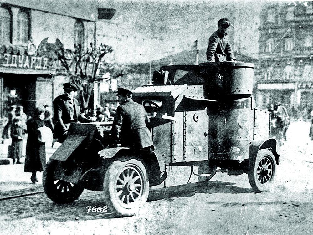 Весомый аргумент: Бронированный автомобиль на улицах украинского города в начале 1918 года