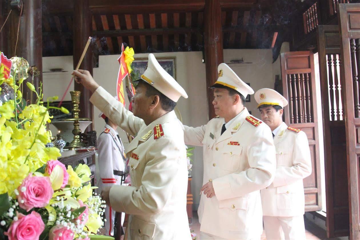 Các đồng chí Phó Giám đốc dâng hương tại Nhà tưởng niệm Cố Bộ trưởng Trần Quốc Hoàn