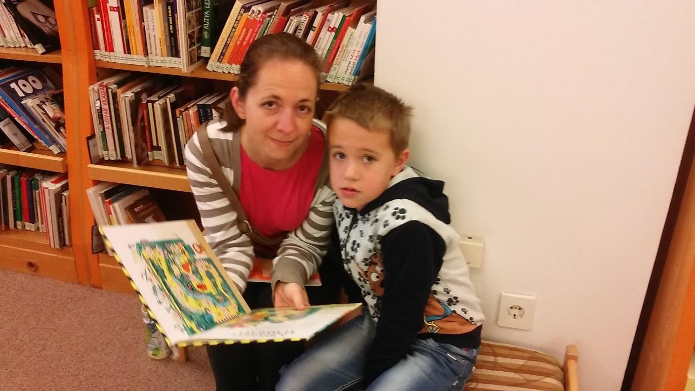 Anya olvas a gyermekének