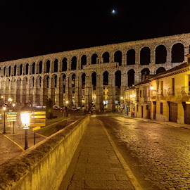 acueducto de segovia by -. Phœnix .- - City,  Street & Park  Vistas ( segovia, night, acueducto )
