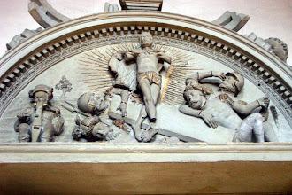 Photo: Grabmal des Fürstbischofs Johann Georg Zobel v. Giebelstadt in der Bamberger St.-Michaels-Kirche. Halbrunde Bekrönung mit Auferstehungsgruppe.