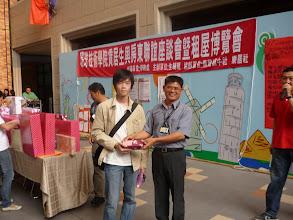 Photo: 租屋博覽會軍訓室主任頒發獎品給中獎人員