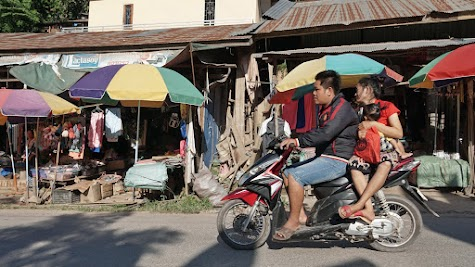 Rollerfahrer in Pak Beng