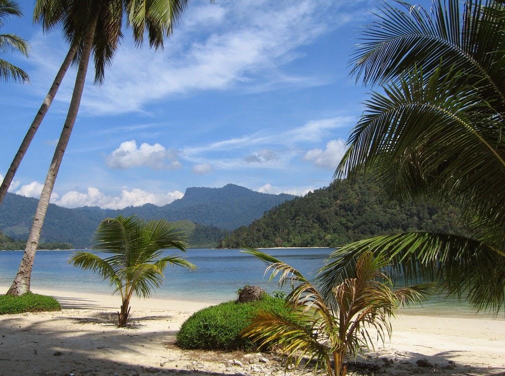 Суматра – это и бесчисленные острова. Их почти столько же, сколько песка в море.