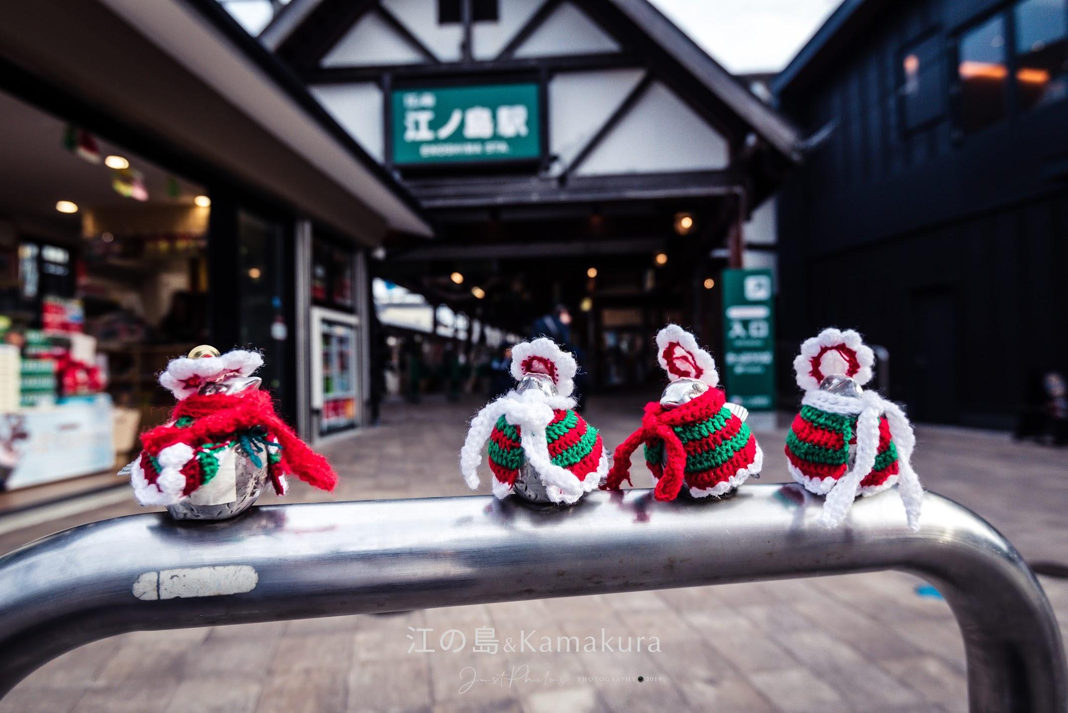 江之島站前欄杆上的麻雀雕像,會在不同時間換上不同的衣服非常有趣。