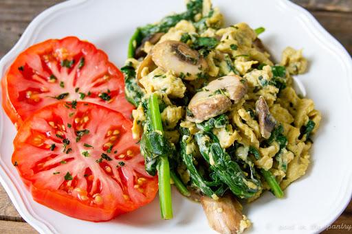minimum-ingredients-breakfast_Spinach_Mushroom_Scrambled_Eggs
