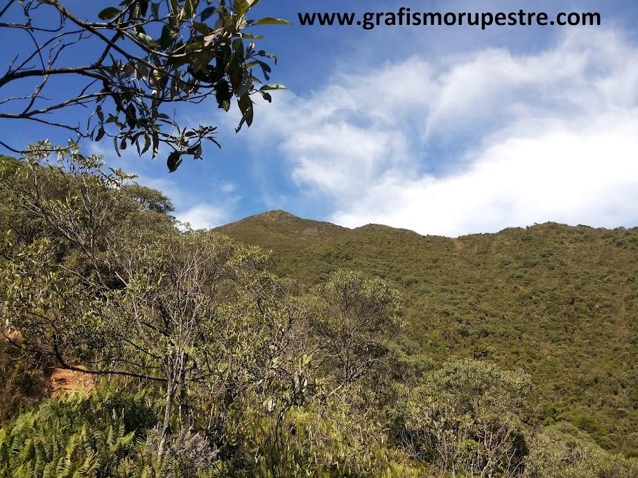 Trilha do Paiolinho - Pedra da Mina - Parte da trilha batida com pedregulhos, cascalho e erosão.
