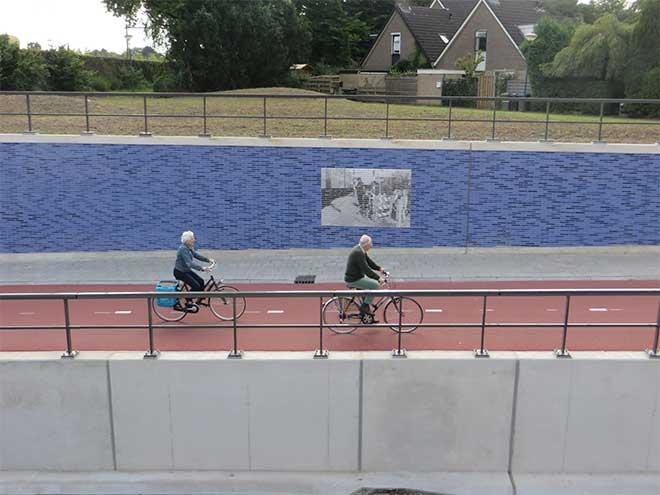 Fietsers bij Mozaïek Spooronderdoorgang Leijenseweg Bilthoven