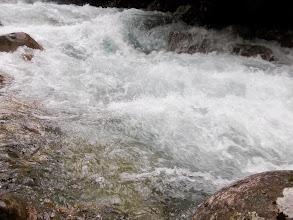 Photo: l'eau rageuse blanchit de colère
