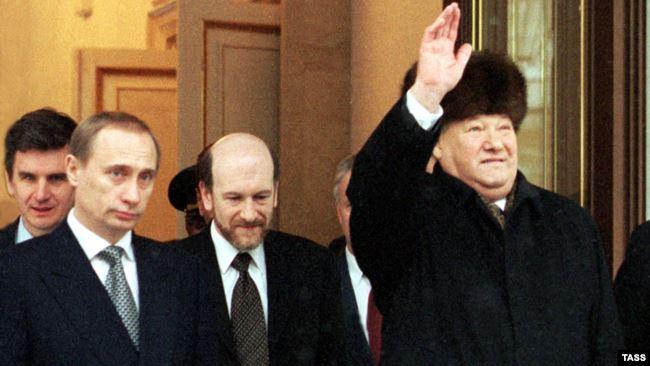 Борис Ельцин (справа) покидает Кремль после официальной церемонии передачи власти Владимиру Путину (крайний слева)