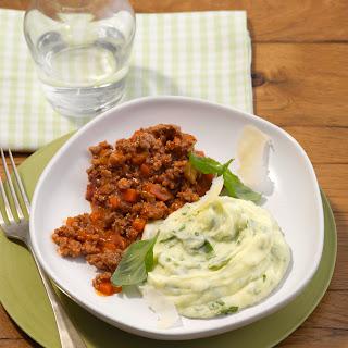 Hack-Bolognese mit Parmesan-Basilikum-Püree