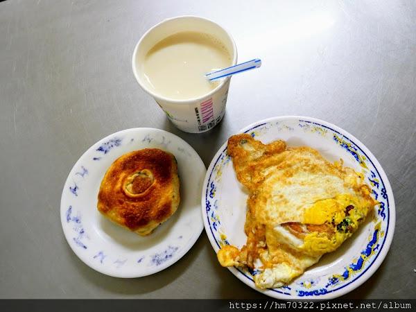 周家蔥油餅.一直在排隊的基隆50年老牌早餐店.以大胖小胖觀光客品嚐觀點