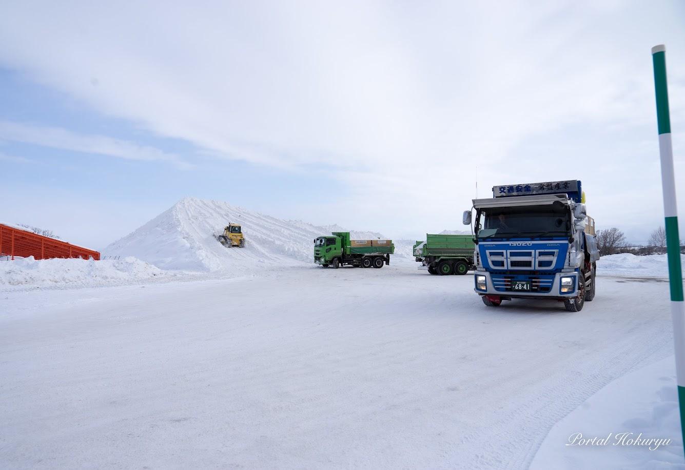 排雪場に積み上げられる雪(ひまわりの里・駐車場)