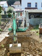 Photo: 03.09.2013 Es geht nach einem Ruhetag weiter ...... viel muss vom unteren Garten hochgebaggert werden.