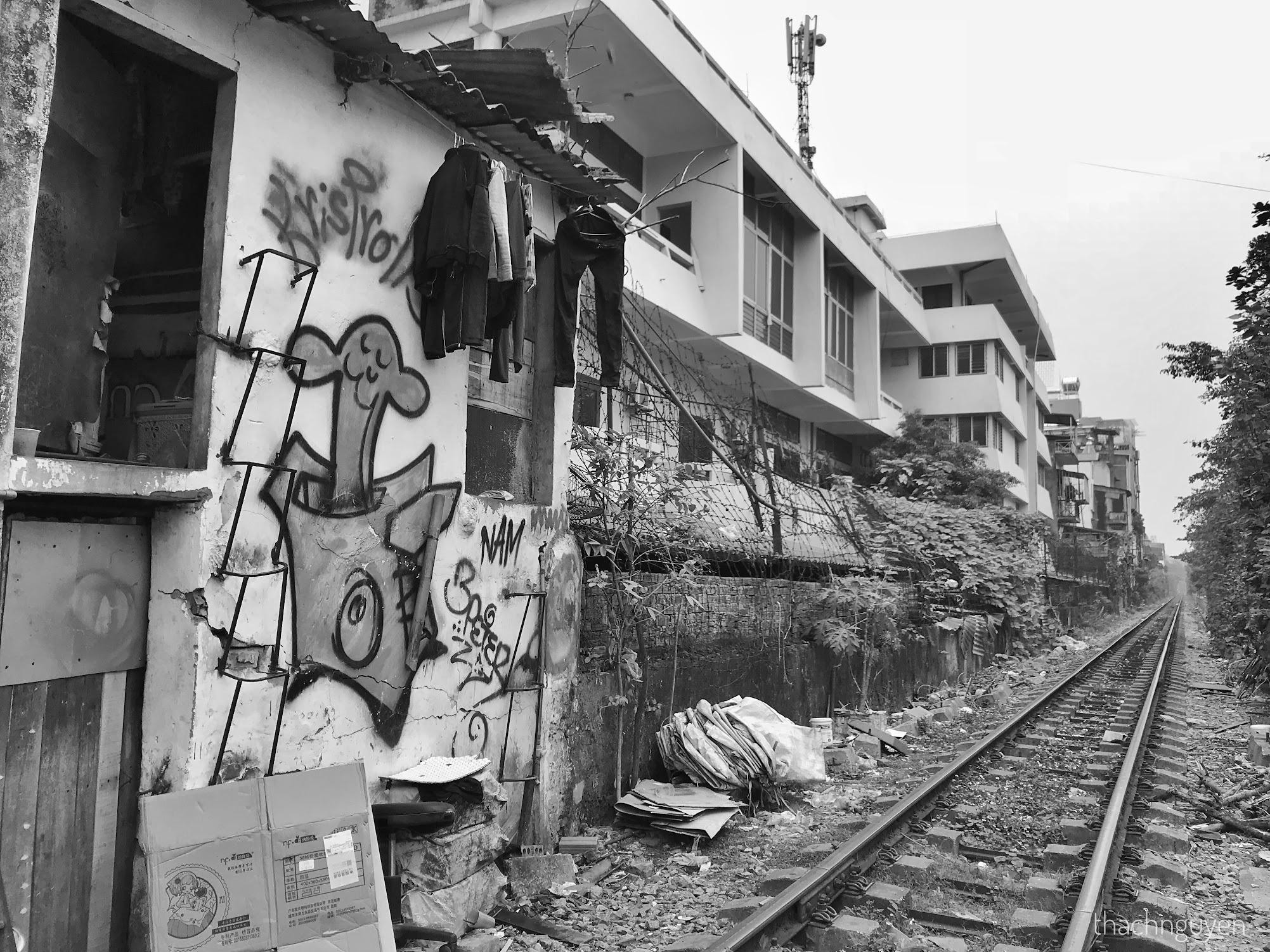 vẽ tranh đường phố cạnh đường tàu