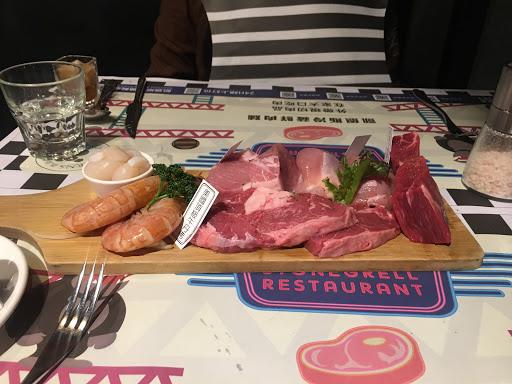 肉品多樣,肉質新鮮,正餐和麵包蠻好吃的。
