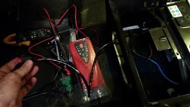 Photo: El cargador se podrá sacar por el hueco del asiento, se quedará ahi. Así se puede sacar, desconectar y llevar a otro sitio. Voy a llevar una toma de 220V hasta el asiento.