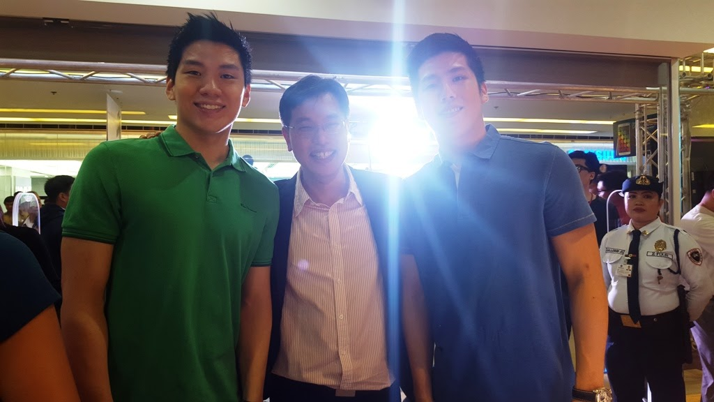 BASKETBALL SUPERSTARS JERON AND JERIC TENG WITH POWER MAC CENTER PRESIDENT AND CEO LAWRENCE SISON