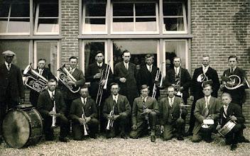Photo: Fanfare Eexterzandvoort, schoolfeest 16-5-1930 v.l.n.r.: staand B. Hollander, M. Ruzius, H. Essing, I.F. Westrup, Hm. Hadderingh, R. Schuiling, H. Schuiling en Js. Hilberts Links met de grote trom R. Kerkveld knielend: Hm. Martens, Hm. Vedder, Hm. Bruins, Albert Lanjouw, H. Moek, J. Rozenveld en met de kleine trom Hm. Kroeske