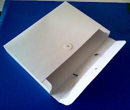 Photo: Maleta pequena com fecho e alça (para papeis e objetos de escritório, material escolar ou de cursos).