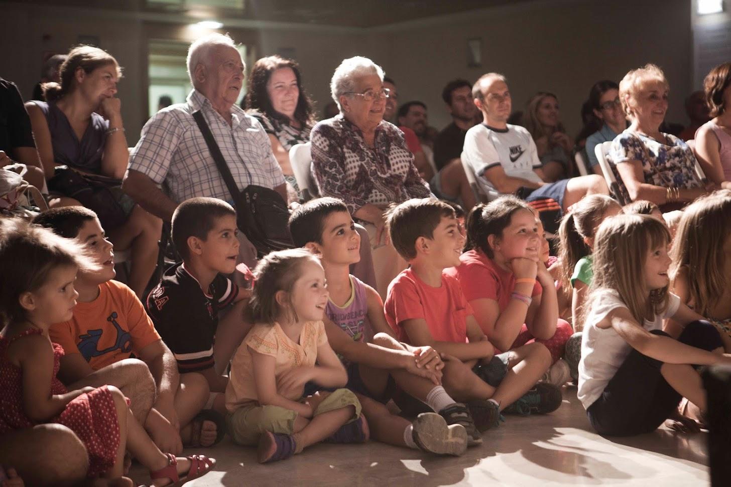 Público familiar viendo show de magia infantil