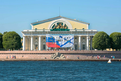 st-petersburg-building-canal-cruise-2.jpg - A building with colonnades -- it was impossible to keep track of all the landmarks that whirled by.