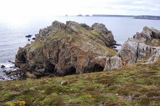 Photo: BRETANYA 2013. PRESQU'ÎLE DE CROZON ( Kraozon en bretó ). POINTE DE DINAN (Beg Din en bretó ). Vista de l'arc natural de pedra i les ruïnes d'un antic castell