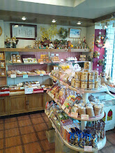 Photo: 袋に入ったお菓子も沢山。 とてもきれいな店内です。お土産も買った。ホンダさん、13日待ってまーす!