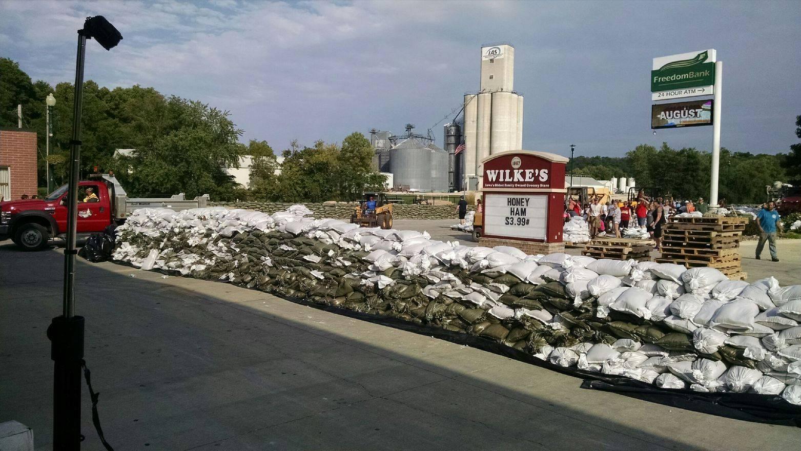 Elkader residents build a sandbag wall to prevent flooding.