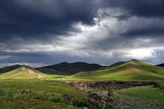 Photo: Steppe - certains râlent quand ils ont mauvais temps. Personnellement, j'ai retenu que l'on obtient surtout une plaine verdoyante, aux variations de couleurs infinies d'une beauté sauvage.