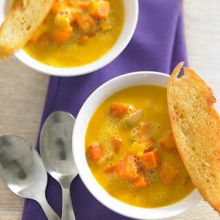 Kürbissuppe mit Kokosmilch und Ingwer, dazu Baguettechips