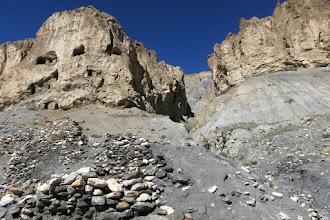 Photo: Sous les falaises entre Chudzong gompa et le Salde camp