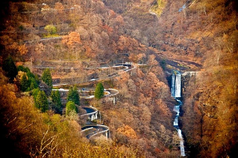 As estradas sinuosas de Irohazaka no Japão