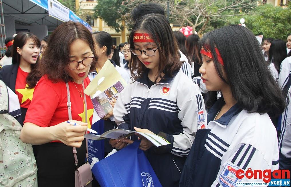 Học sinh THPT tìm hiểu thông tin du học tại chương trình hướng nghiệp