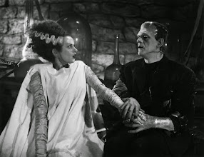 """Photo: Elsa Lanchester e Boris Karloff: o figurino e caracterização da """"Noiva de Frankenstein"""" foi muito copiado nos anos seguintes. http://filmesclassicos.podbean.com"""
