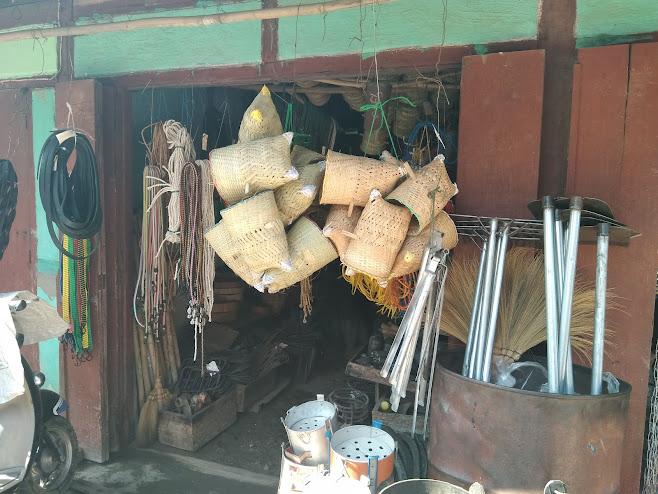 店の入り口にぶら下げてある竹かご