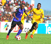 Chiefs striker Bernard Parker weaves  past  Tshwarelo Bereng of Leopards   during their match  at Thohoyandou. They drew 1-1.