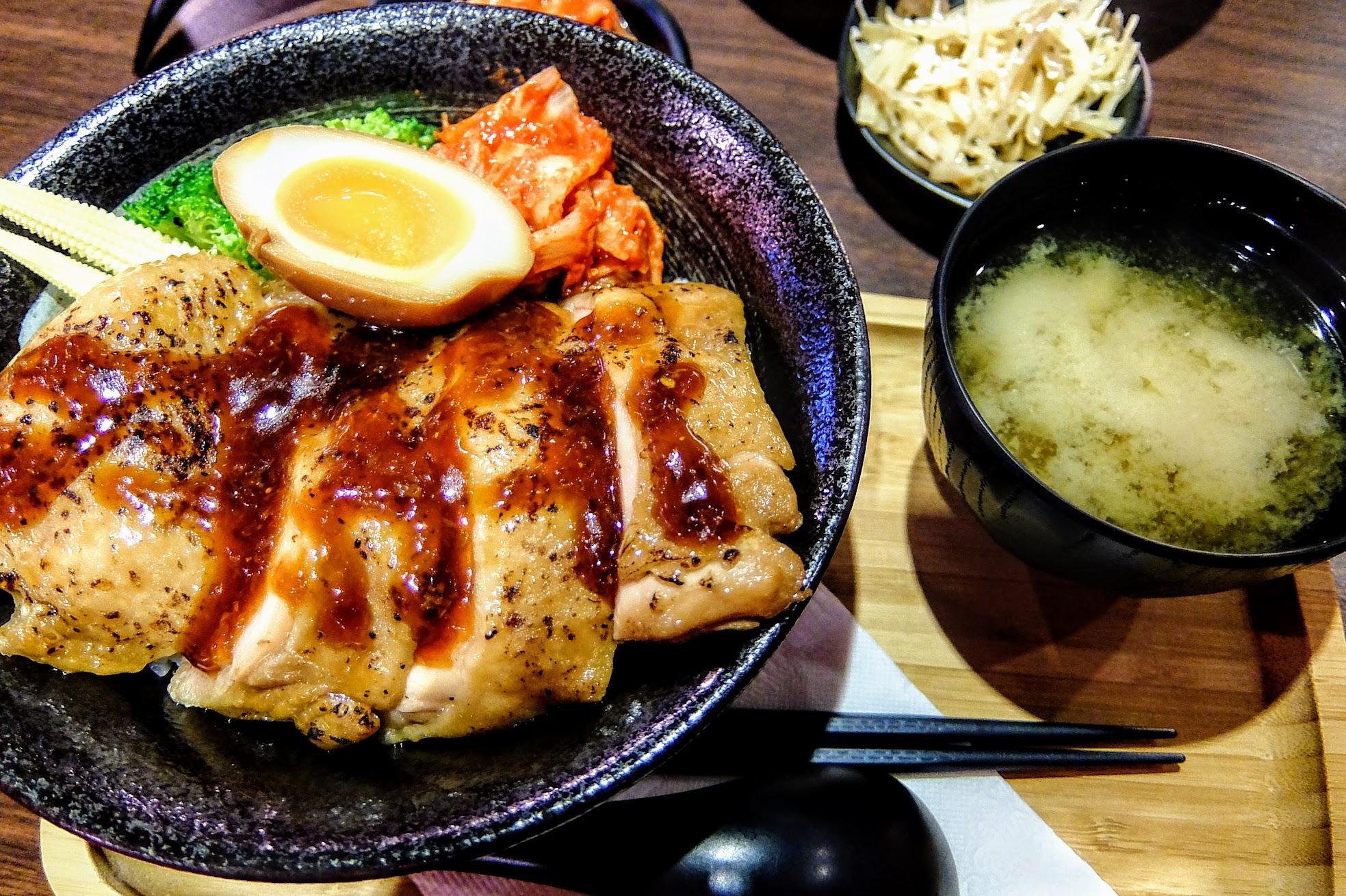 薑燒雞腿排丼飯,一碗+味噌湯,份量上對我而言頗飽足的;旁邊配菜有半顆溏心蛋、泡菜、花椰菜和玉米筍
