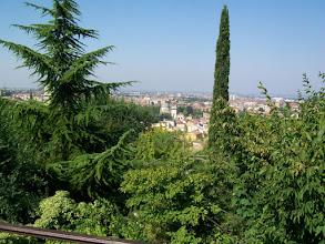 Photo: Rustdag in Verona Temp.maximum: 22 graden, Wind: 4 Bfr, Windrichting: z.w. Weerbeeld: warm - zonnig. ODO totaal: 1398 km Bij avond op het terras van de camping, naast de tentjes. Gezicht op Verona