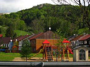 Photo: Po prawej stronie towarzyszy nam plac zabaw oraz widok na górujący nad miejscowością Smrčník