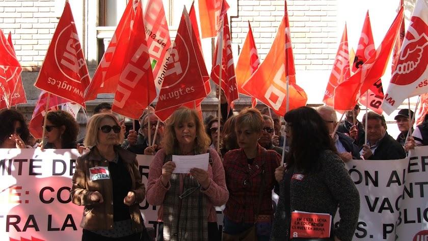 Las representantes sindicales leen un manifiesto, este viernes.