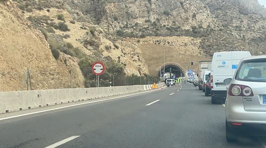 Retenciones de hasta siete kilómetros por el vuelco de un camión en la A-7