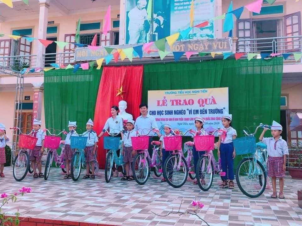Tặng xe đạp cho học sinh nghèo vượt khó