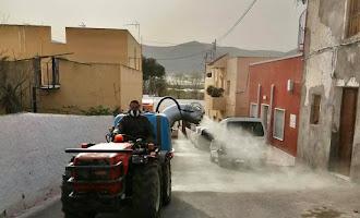 Agricultores ayudan a la desinfección en Berja