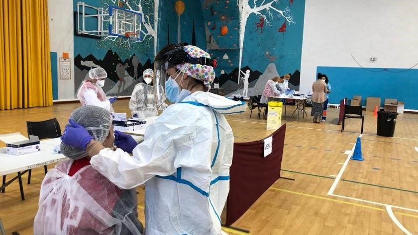 Sanitarios realizan test de coronavirus a almerienses en los rastreos masivos.