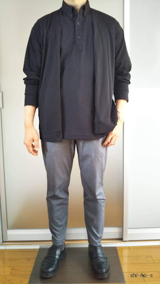 黒ポロシャツに黒カーディガンを羽織ったコーデ