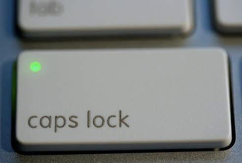 caps lock 켜진 맥북 키보드
