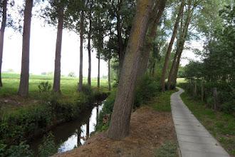 Photo: Le sentier carrelé longeant le ruisseau (Markebeek)