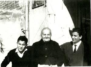 Photo: La abuela Petra Guerrero protegida por sus nietos Rafael y Luis Cebrián. (Fotografia enviada por Luis Cebrian)