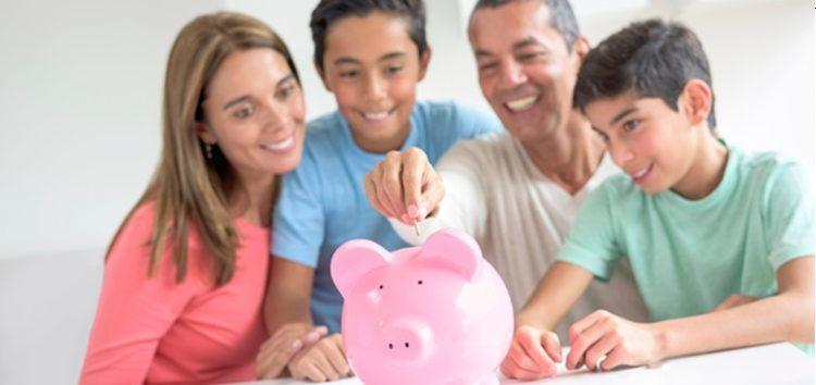 Família poupando dinheiro